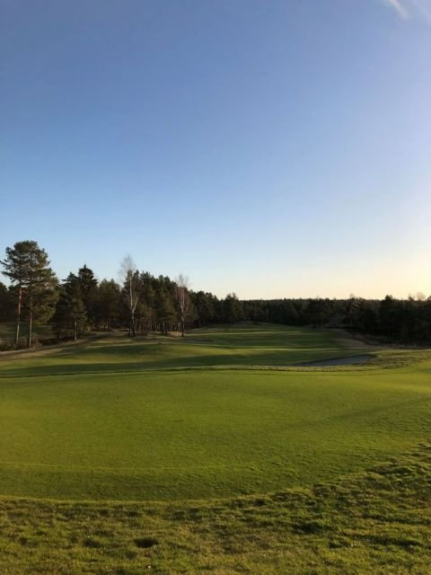 - Vi pleier å planlegge fra 1.april. Banen har aldri vært så fin som nå og er grønnere enn noen gang, forteller daglig leder Terje Wilhelmsen i Kragerø Golfklubb. Bildet av golfbanen er  tatt tidligere denne uken.