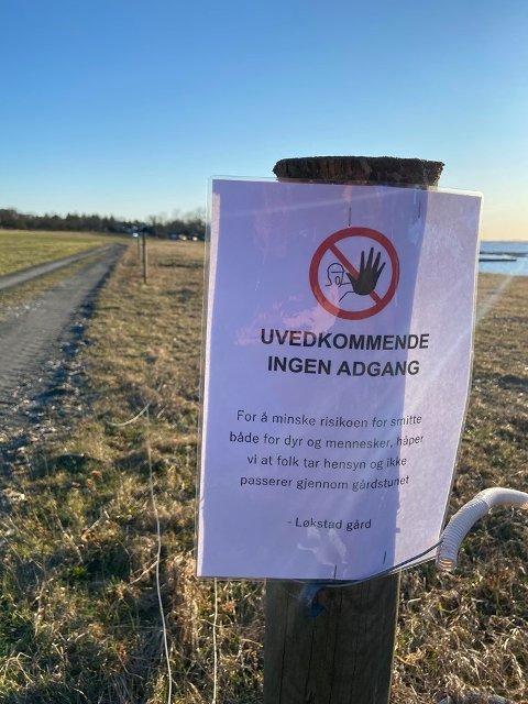 Dette skiltet plasserte Arne Olav Løkstad opp ved gården sin på Jomfruland fredag. Han forteller at han er opprørt over at hyttegjestene ikke følger de nasjonale rådene.