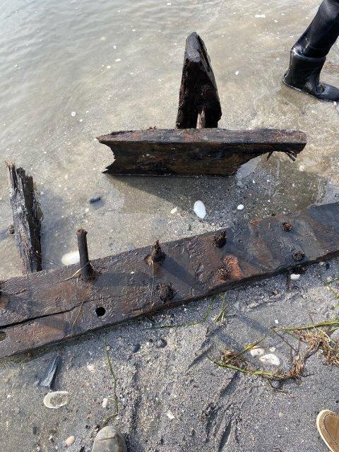 VRAKFUNN: Det er funnet et vrak under grav ved Ekerne nær Stangnes mandag. Arkeolog Pål Nymoen antyder at vraket er eldre enn 100 år. Nå skal trebiter fra vraket karbon 14-undersøkes.