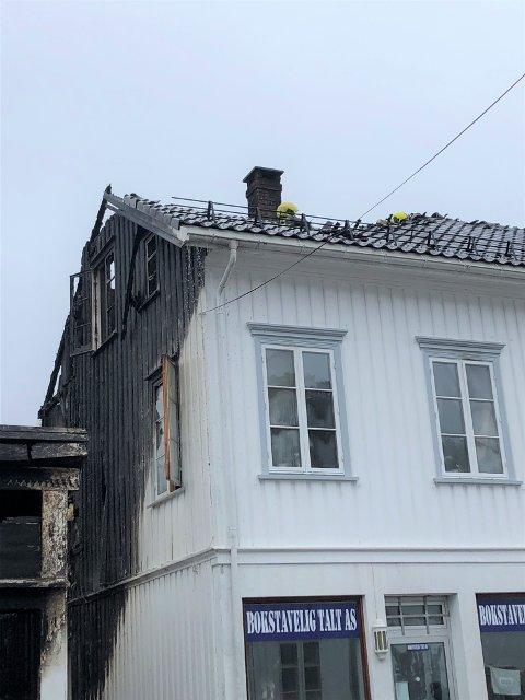 KATASTROFE: Mannskap fra Kragerø brannvesen bisto slukningsarbeidet under brannen i trehusbebyggelsen i Risør onsdag.