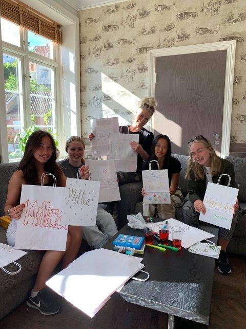 Elever fra barne- og ungdomsarbeiderlinja fikk besøke møtestedet torsdag.
