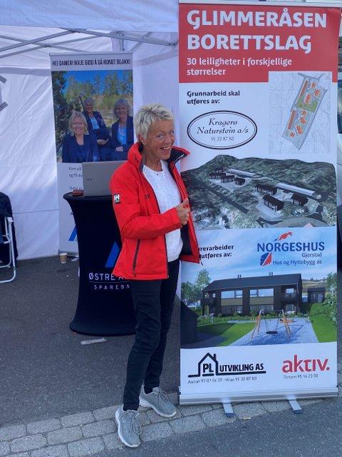 STOR PÅGANG: Eiendomsmekler hos Aktiv Kragerø, Torunn Bakke, har fått mange mulige reservasjoner. Her på stand under Brokelandsheiadagene.