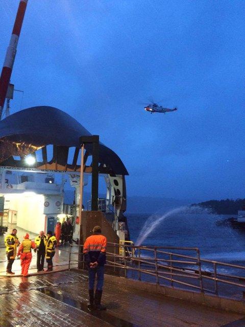 Eit Sea King-helikopter er også komen til Varaldsøy. (Foto: Ida Marie Skjelnes).