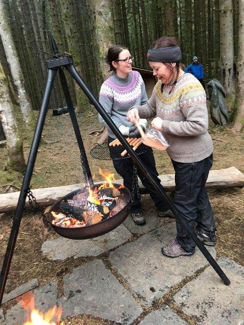 KOKKANE: Ingunn Sæverud og Berit Kristine Rolland i FAU lagar til mat til alle som vil ha. (Foto: Privat).
