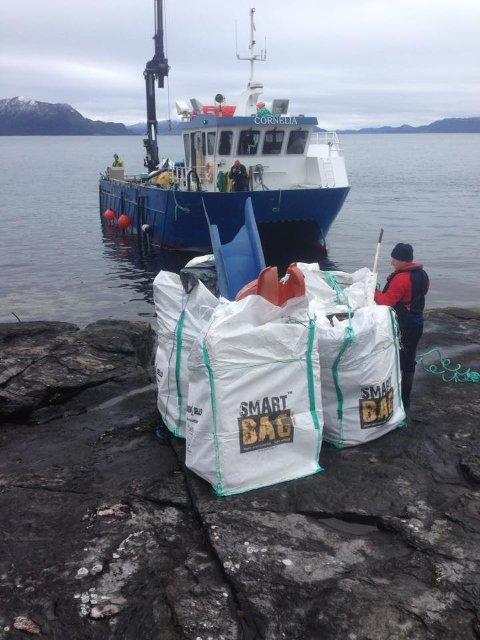 FULL BÅT: I fjor fylte Alsaker Fjordbruk båten med store sekkar med plast. I år gjentar dei dugnadsarbeidet.