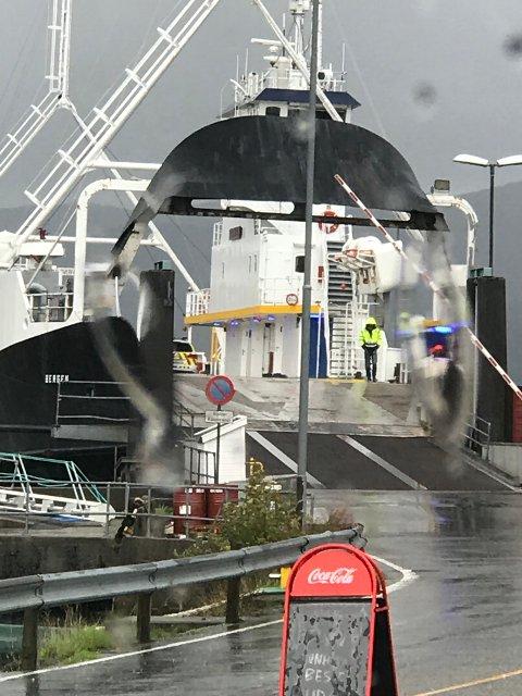 Folk måtte onsdag føremiddag venta på ferja etter at ein mann skada seg om bord. (Foto: Martin Kviteberg).