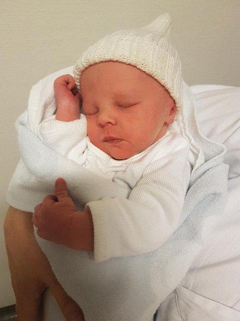 Vesle Fabian er årets nyttårsbarn i landet, det første barnet fødd i Vestland fylke, og truleg det første nyttårsbarnet fødd på Stord sjukehus!  (Foto: Privat).