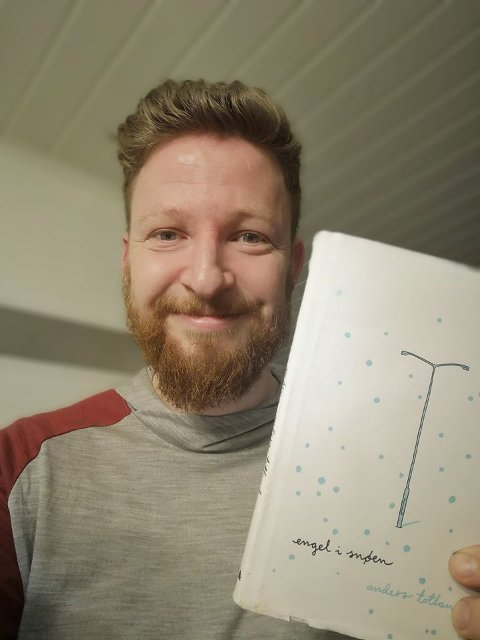 Forfattar Anders Totland les høgt frå boka si Engel i snøen søndag kveld, via Facebook. (Foto: Privat).