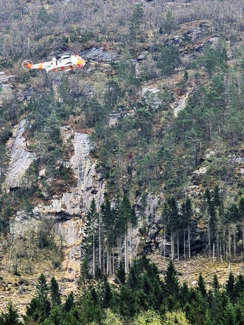 Eit Sea King-helikopter frå Sola fekk henta kvinna ned frå fjellhylla. (Foto: Kvinnherad brann og redning).