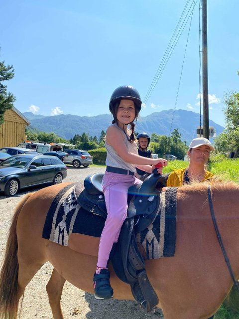 BURSDAGSBARNET: Ingvild Solheim fekk ein draumedag av ein bursdag då ho feira den hos Smiedal Aktivitetsferie i Åkra. Her sit ho på hesteryggen klar for ridetur.