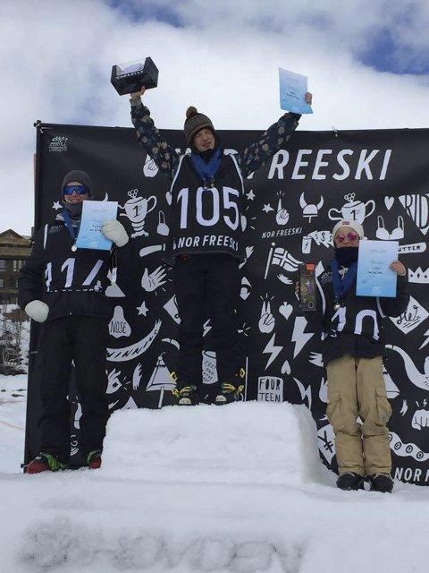 GULLGUTT: Tevje Albeck Skaug jubler på toppen av pallen etter seieren i big air-konkurranse. Sølvvinner Ulrik Samnøy (t.v.) og bronsevinner Emil Zajc Koch.foto: espen Andreassen