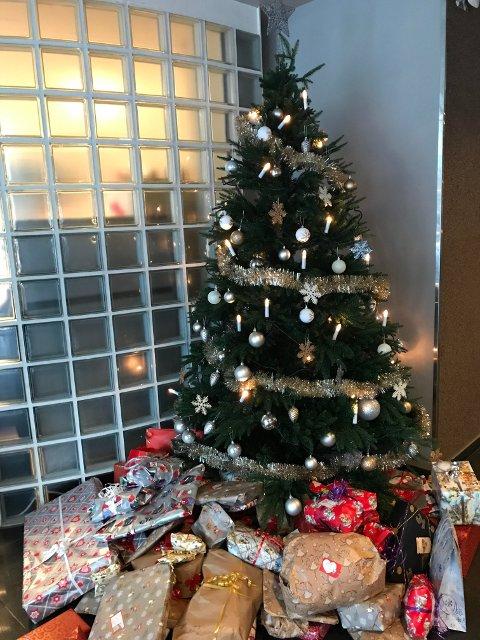 Juletreet er ikke lenger så ensomt, men det har fortsatt plass til flere gaver!