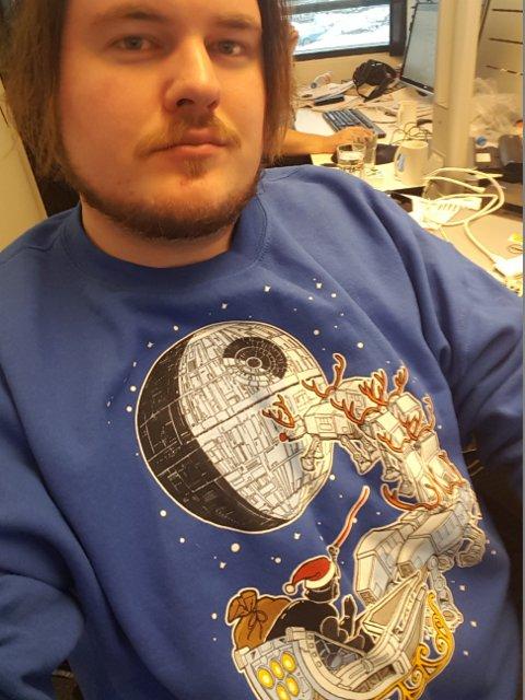KLEDELIG ANTRUKKET: Hva har man på seg på en Star Wars-premiere i desember? Star Wars-julegenser, så klart.