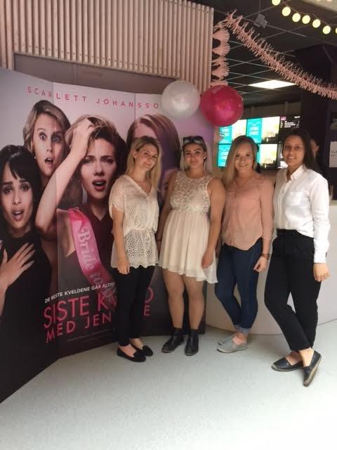 """Det var god stemning før Norgespremieren av filmen """"Siste kveld med jentene"""" på fredag."""