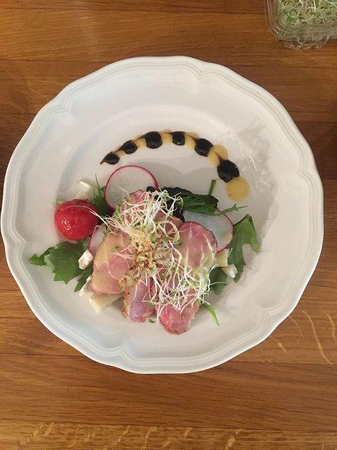 En rett med and, appelsin- og balsamicosaus, tomat, chevre og salat som Victoria og Sebastian har lagd hjemme i Norge