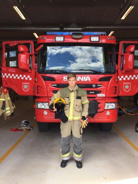 Andreas Ødegård (14) har fått prøve seg som brannmann de siste dagene og er storfornøyd med uka. Foto: Kongsberg brann og redning