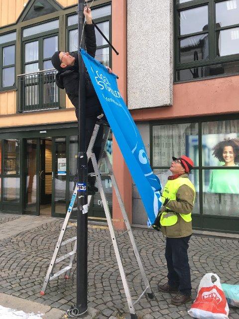 Rigging av Glogerbannere i Kongsberg sentrum