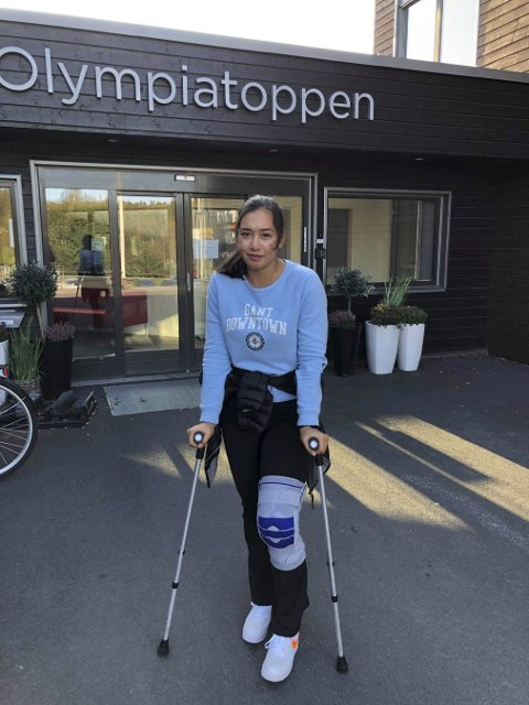 SESONGEN ER OVER: Carmen Sofie Nielssen fikk ødelagt sesongen etter et stygt fall under storslalåmtrening i sveitsiske Zermatt i september. Nå venter operasjon i venstre kne og først neste høst er hun tilbake på ski.FOTO:: PRIVAT