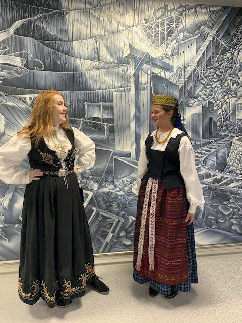 FOLKEDRAKTER: Thea fra Norge (t.v.) og Julija fra Litauen blir å se i forestillingen.