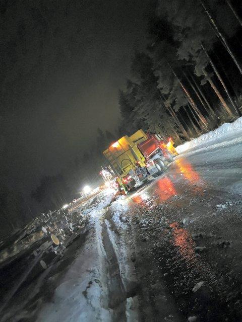 SPERRET VEIEN: En tømmerbil og en saltbil sperret veien mellom Lampeland og Flesberg i går kveld.