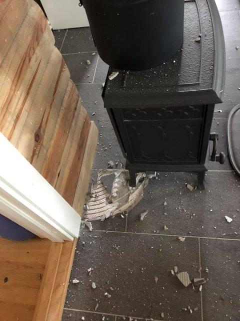 SPRUKKET: En av flisene i gulvet ved peisen har vært utsatt for voldsomme krefter.