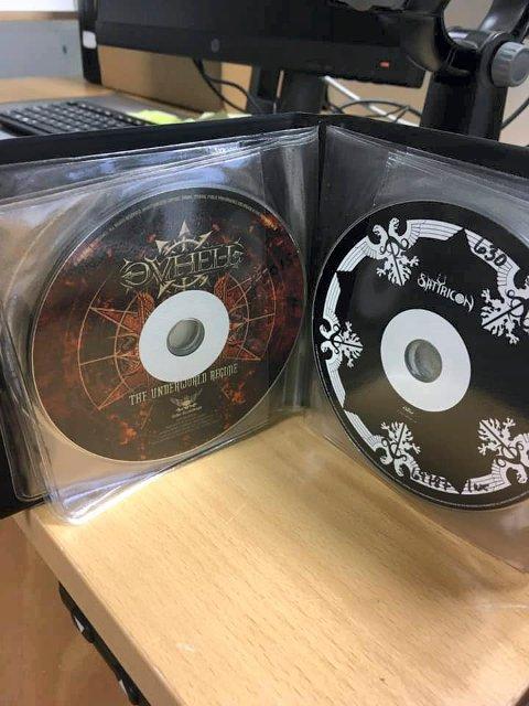 KOM TIL RETTE: CD-ene var lagt i plastlommer da de anonymt ble lagt på et bord i bibliotekets lokaler.