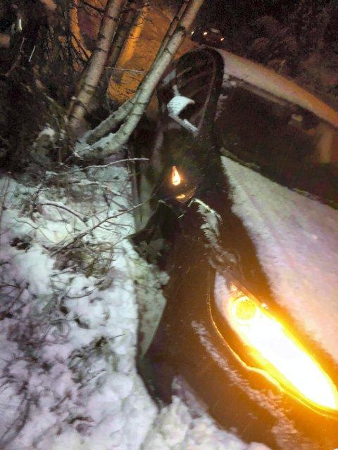 UTFOR: Denne bilen havnet utfor veien på Meheia mandag kveld.