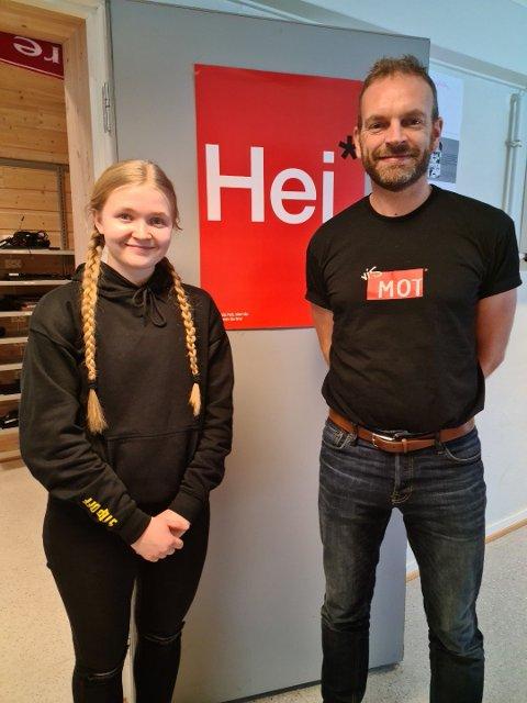 NUMMER EN: Fyrstepremievinnar Embla Johansen og lærar Tore Tisthamar ved Veggli skole.