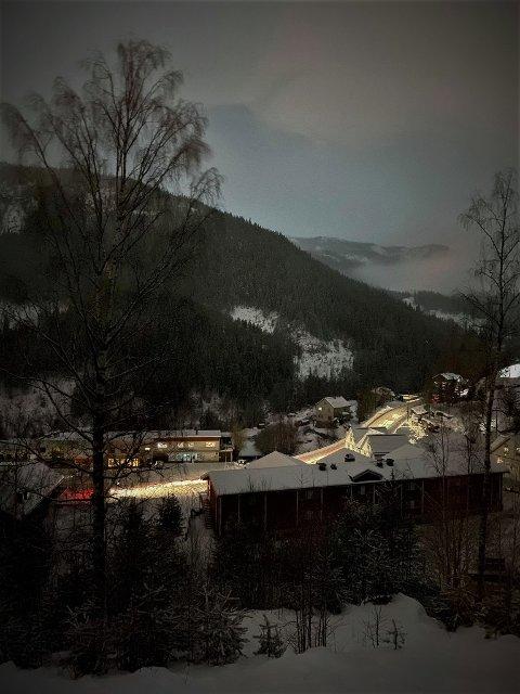 MØRKT: Store deler av Nore og Uvdal, samt hele Rødberg sentrum er mørklagt lørdag kveld, på grunn av en feil i en trafo. Her er Rødberg sentrum, kun opplyst av forbipasserende biler. Foto: Morten Sommer.