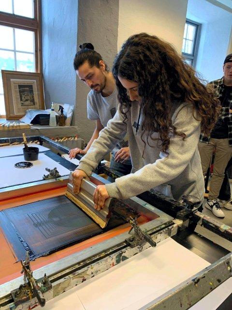LÆRING: En av elevene jobber med sitt verk under veiledning av Patricio E. Briceno.