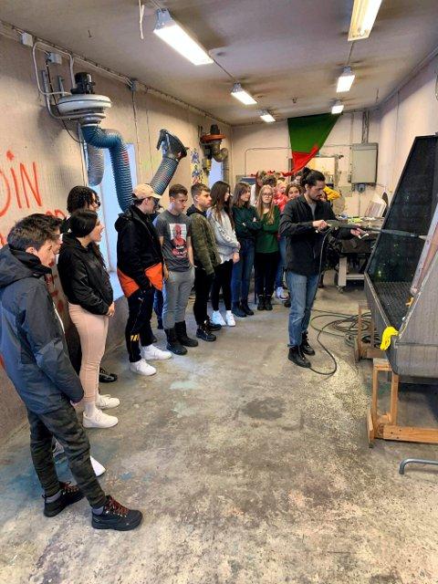 KUNST: Patricio E. Briceno i Verk-Stedet hadde totalt 42 elever på workshop i silketrykk sist lørdag.