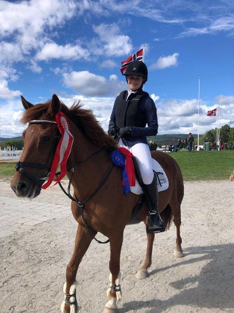 FORNØYD: Tora Nærø fikk andreplass sammenlagt i Hønespranget i helgen, og er strålende fornøyd. Her med ponnien Tairay.