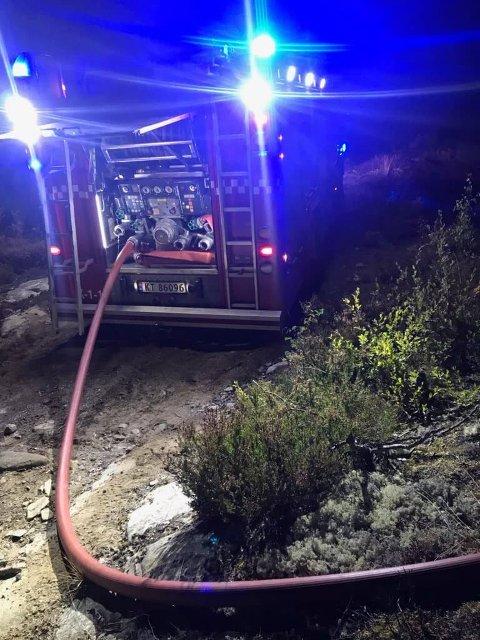 SLUKKET RASKT: 3000 liter vann måtte til for å slukke en ulmebrann i terrenget på Skollenborg.  Foto: Kongsberg brann og redning.
