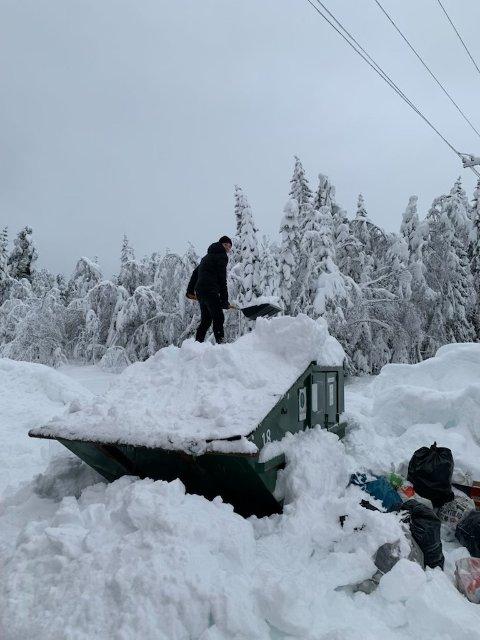 Kacper Grzymala hjelper sin far Krzystof Grzymala med å fjerne store mengder med snø før containerne kan tømmes.