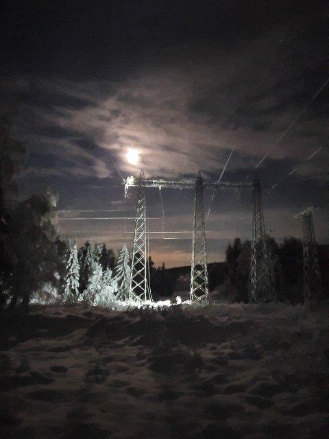 FRA MANDAG: Her er det bilde fra mandag, da det var problemer på den samme høyspentlinjen som forsyner Rollag med strøm.