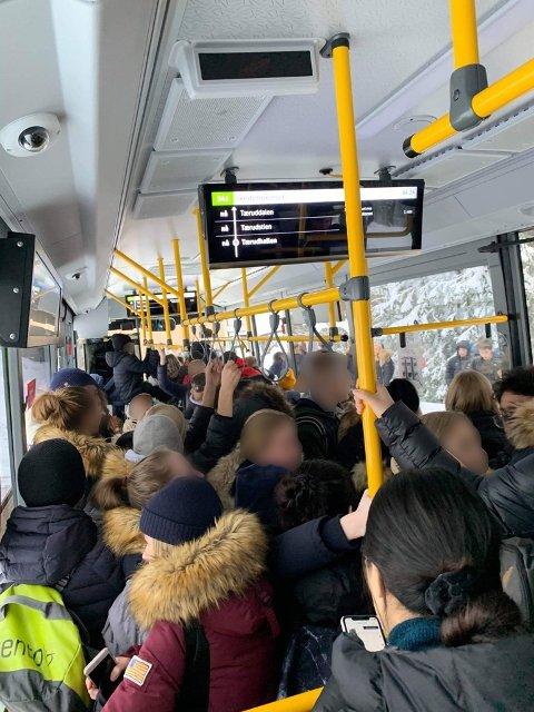 OFTE FULLT: Dette har blitt hverdagen for mange av skoleelevene etter at bussrutene ble endret.