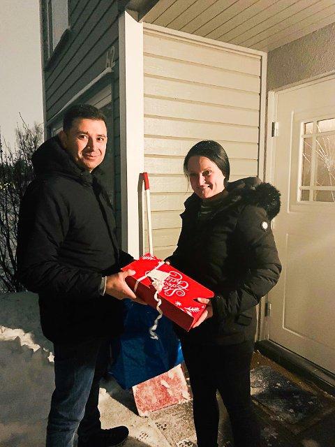 TILBAKE: I går kveld kunne Jaime Rivera overlevere julegavene Janne Johannessen var så uheldig å glemme på Lillestrøm stasjon denne uken. Hun var overlykkelig over at det var nettopp Rivera som fant dem.