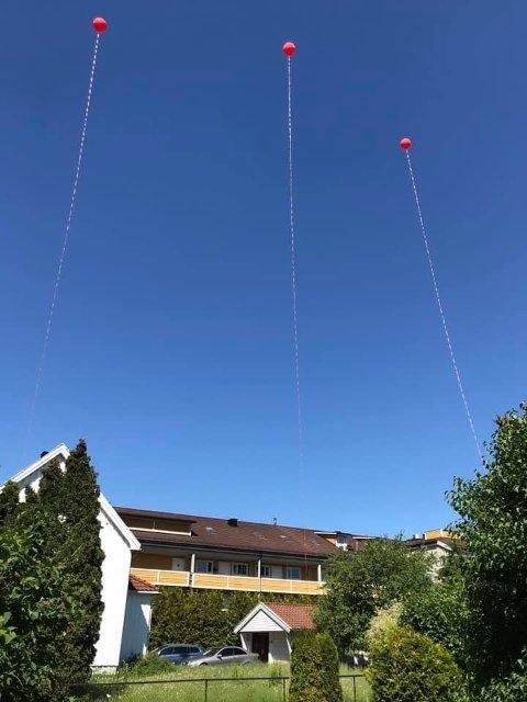 STUNT: Som et stunt hang Lars Martin Schøyen Evensen i sommer opp ballonger som skulle vise hvor høy den planlagte betongveggen på 28 meter blir. Nå har Fylkesmannen stadfestet kommunens vedtak om bygging.