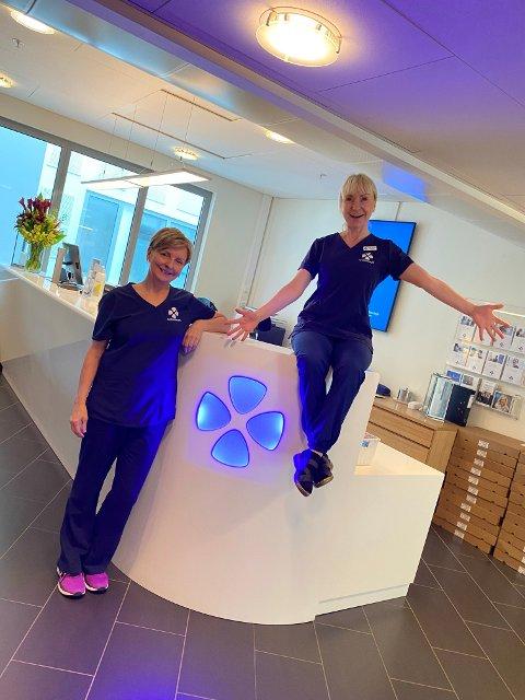 RING: Idunn Sponberg (t.v.) og Lisbeth Stokseth oppfordrer alle med tannhelseproblemer til å ringe en åpen tannklinikk. De kan skrive ut resepter og behandle akutte plager til tross for at den vanlige tannlegepraksis er stengt.