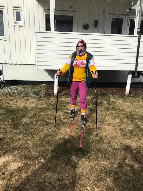 SKITUR: Mangel på snø stoppet ikke Silje Midttun og vennene hennes fra å gå på ski i Lillestrøm. Det ble 75 meter sprint i gata.