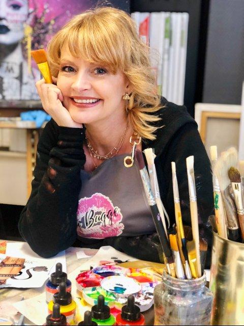 TIDEN VAR INNE: Hilde Bugge (49), med kunstnernavnet Fru Bugge, legger vekk frisørsaksa etter 30 år og satser som kunstner på heltid.
