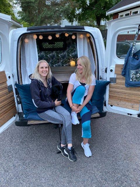 FORNØYDE: Stine Rosenlund og Charlotte Strøm har lagt ned mange timer arbeid i den ombygde varebilen som de skal reise med til Lofoten.