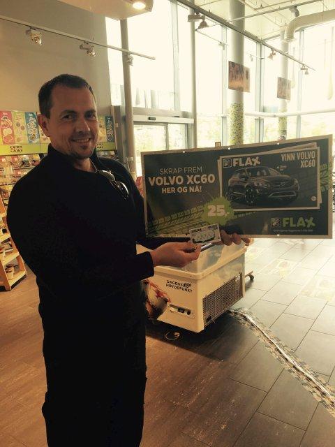 HELDIG: TomAndrè Larsen kan glise etter han skrapte seg til en splitter ny Volvo XC 60. Foto: Mix-kiosken, Leknes