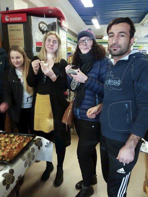 Internasjonal matfest:  Patrycja fra Polen hadde laget polske kroketter. Her smaker flyktningekonsulent Tonje Brekken og miljøarbeider Charlotte Aalberg på den kurdiske retten «tesjyk» laget av Mizgin.