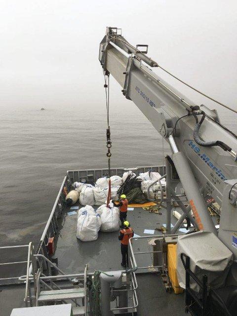 Tunge sekker: K/V «Magnus Lagabøte» har egnet kran for å løfte tungt strandsøppel transportert flytende i sekk fra land.