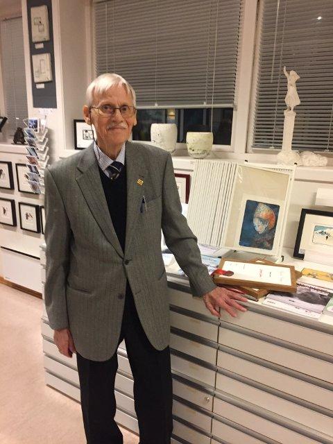 BILDER: Dagfinn Bakke ved en del av sin store produksjon av figurativ kunst.