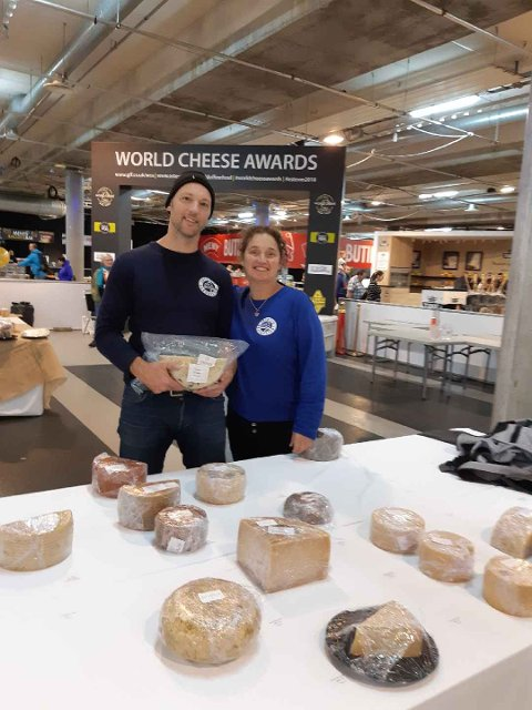 Bronse: Marielle de Roos og Hugo Vink vant bronse i kategorien unge hvite geitoster med sin Steinfjording med havsmak.