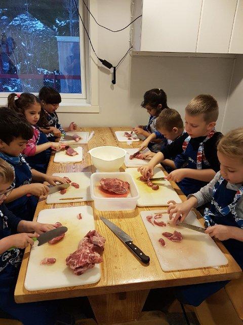 Her er femåringene samlet til dyst med å skjære til råstoff og sy kjøttruller forrige onsdag i Osanstua barnehage.