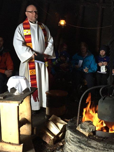 Tradisjon: Sokneprest Nils Jøran Riedl sier det var god stemning i lavvoen i Austpollen under friluftsgudstjenesten torsdag
