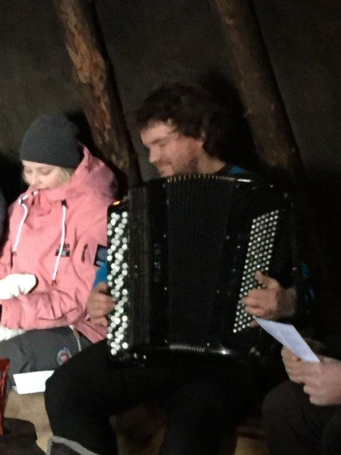Musikk: Organist Terje Brun hadde med trekkspill innover.